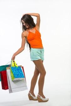 Mädchen beim einkaufen während der saisonrabatte.