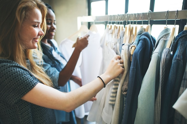 Mädchen beim kauf von kleidung