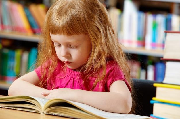Mädchen beim lesen sehr konzentriert