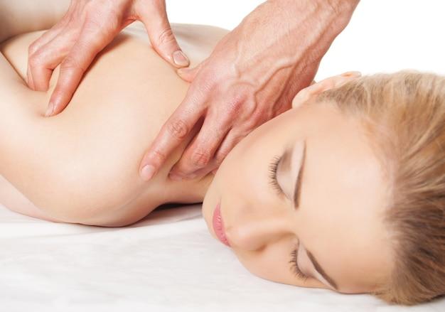 Mädchen bekommt eine massage - hände massieren ihren rücken - eine hübsche frau bekommt eine schulter- und rückenmassage