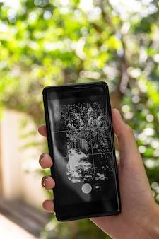 Mädchen benutzt die kamera in ihrem smartphone