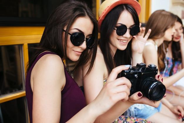 Mädchen beobachten einen reflex auf einer terrasse