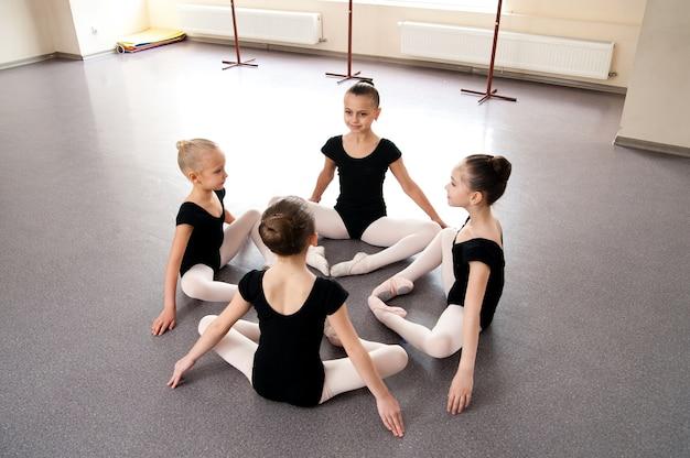 Mädchen beschäftigen sich mit choreografie in der ballettklasse.