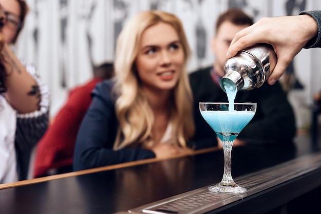 Mädchen bestellten cocktails, sie sitzen an der theke der bar.