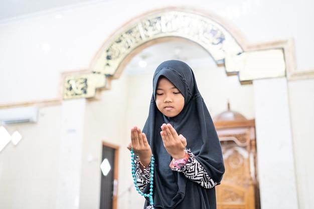 Mädchen bete zu gott mit