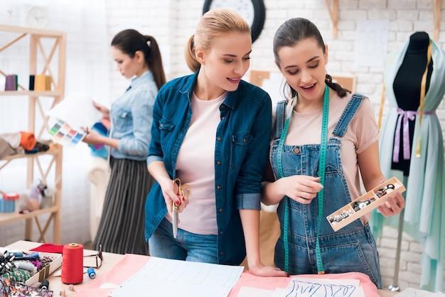 Mädchen bietet designer-schaltflächen zur auswahl.