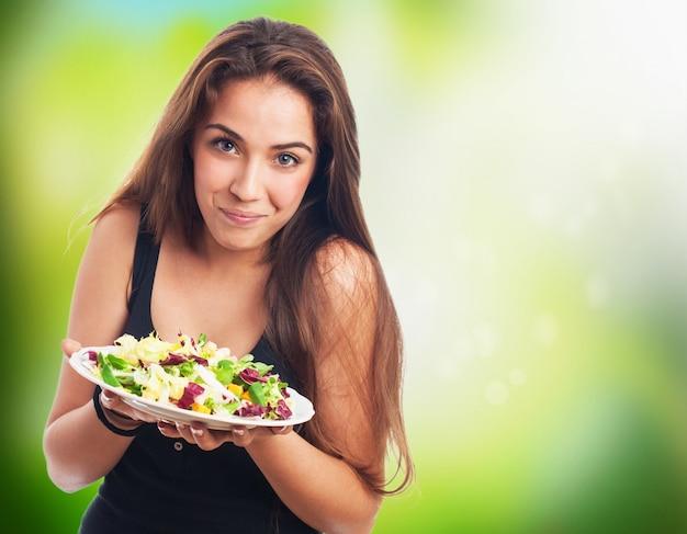 Mädchen blick auf ihren salat