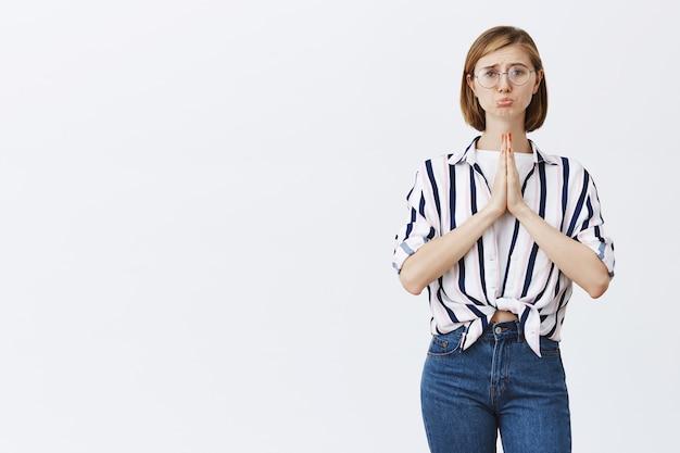 Mädchen brauchen hilfe und betteln um hilfe mit flehenden händen