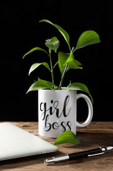Mädchen chef becher mit pflanze