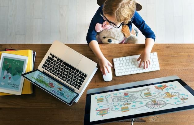 Mädchen-computertechnologie networknig-verbindungs-on-line-konzept