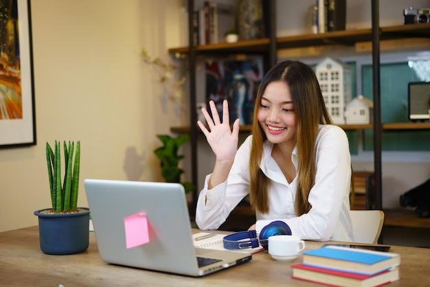 Mädchen, das am laptop von zu hause oder vom studenten arbeitet, der von zu hause oder vom freiberufler studiert