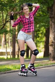 Mädchen, das an im park mit ihren blättern aufwirft