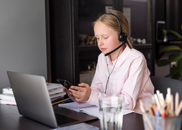 Mädchen, das an online-klasse drinnen teilnimmt