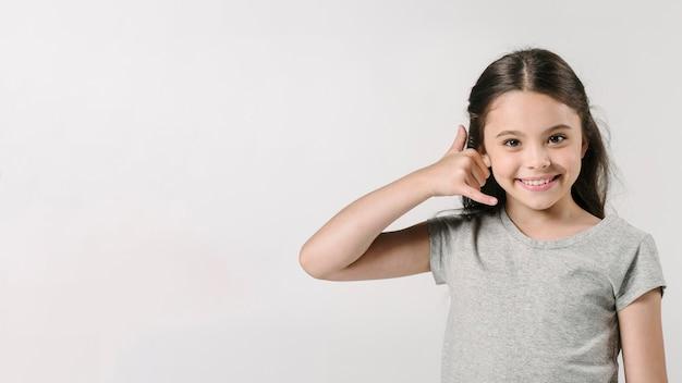 Mädchen, das anruf zeigt, unterzeichnen herein studio