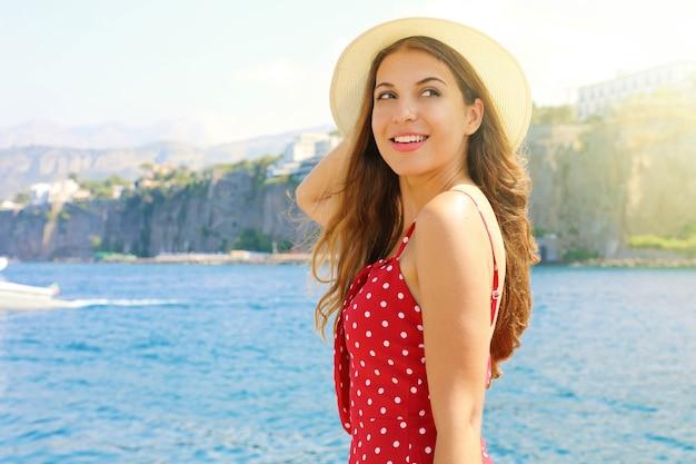 Mädchen, das ansicht in sorrento stadt, italien genießt