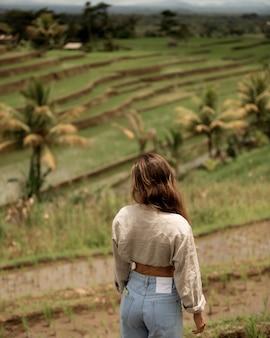 Mädchen, das auf dem hintergrund der reis-teresa aufwirft