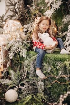 Mädchen, das auf der oberen ebene der weihnachtsdekoration steht