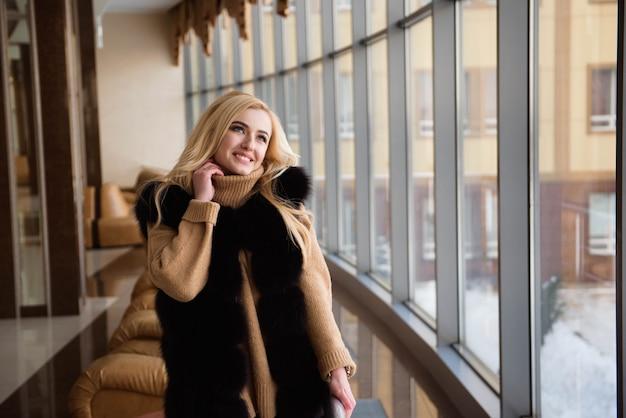 Mädchen, das auf die ankunft des flugzeugs wartet