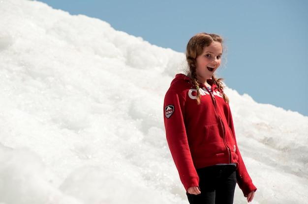 Mädchen, das auf einem stapel des schnees winnipeg am strand, manitoba, kanada steht