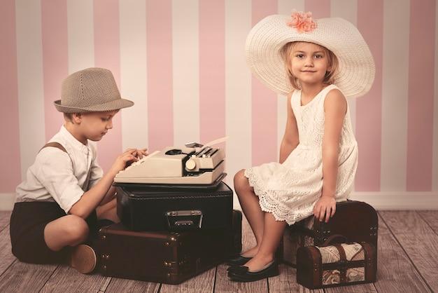 Mädchen, das auf einen romantischen brief wartet