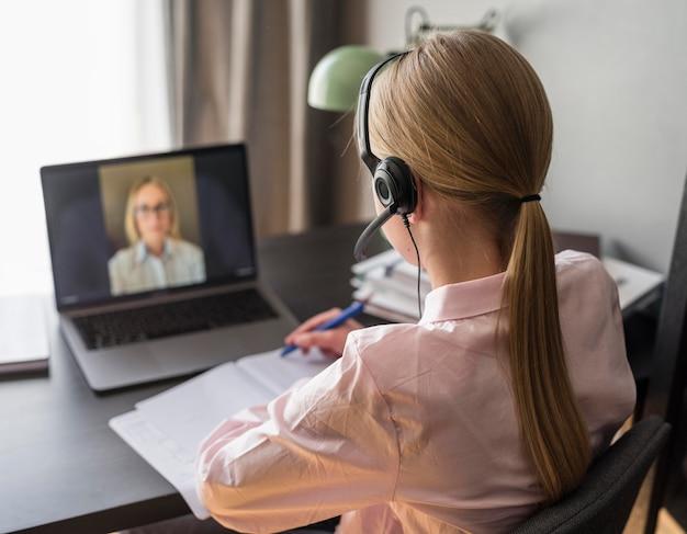 Mädchen, das auf online-klasse achtet