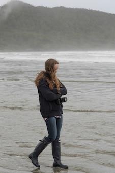 Mädchen, das auf strand, cox-bucht, pazifische rand-nationalpark-reserve, tofino, britisch-columbia, kanada geht