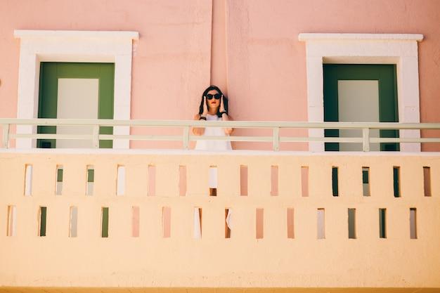 Mädchen, das auf treppen im hotelzimmer geht
