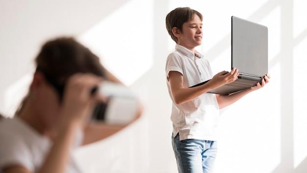 Mädchen, das auf virtual reality headset versucht