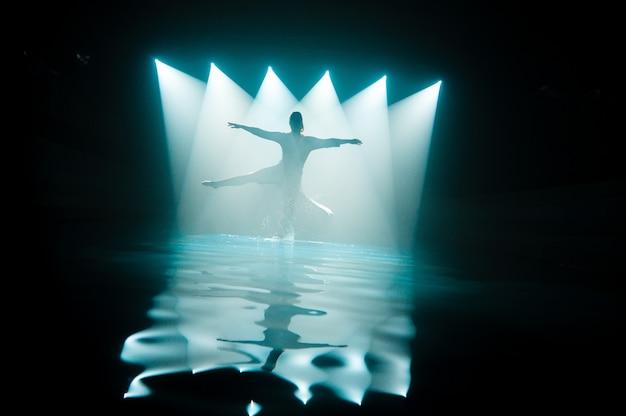 Mädchen, das auf wasser unter den lichtern tanzt