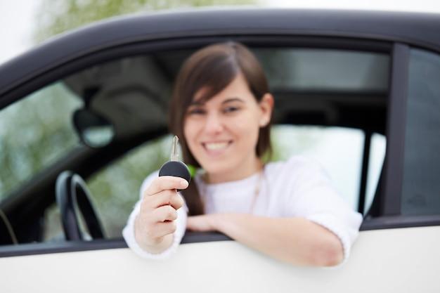 Mädchen, das autoschlüssel hält