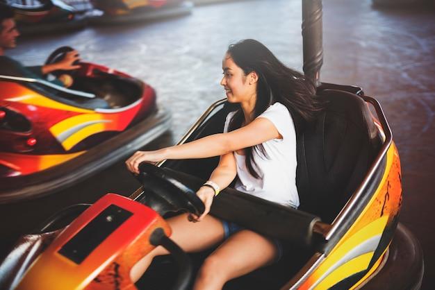Mädchen, das autoscooter-glück-genuss-konzept fährt