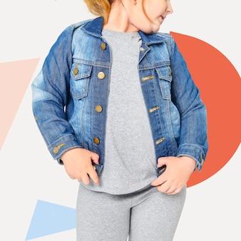 Mädchen, das blaue jeansjacke trägt