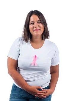 Mädchen, das brustkrebsband über einem lächelnden weißen hintergrund hält.