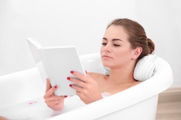 Mädchen, das buch in der badewanne liest
