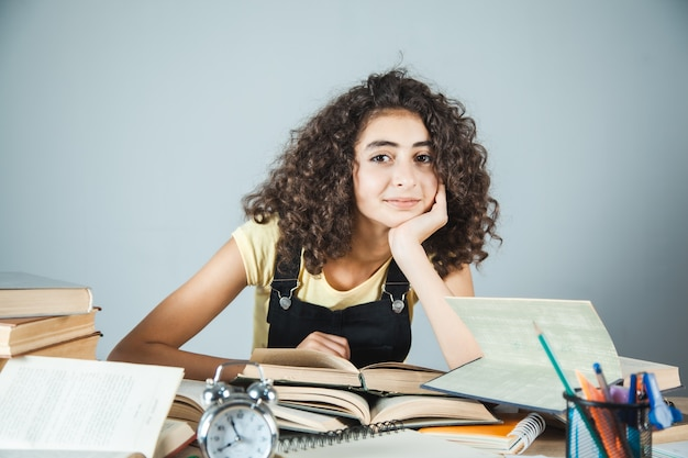 Mädchen, das bücher für schule studiert