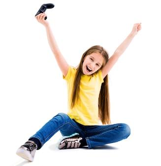 Mädchen, das computerspiele mit einem joypad spielt