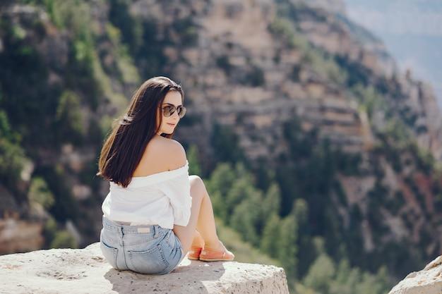 Mädchen, das den grand canyon in arizona erforscht