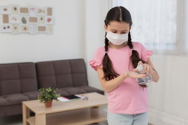Mädchen, das desinfektionsmittel gießt