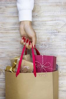 Mädchen, das die geschenke des neuen jahres in ihren händen hält.