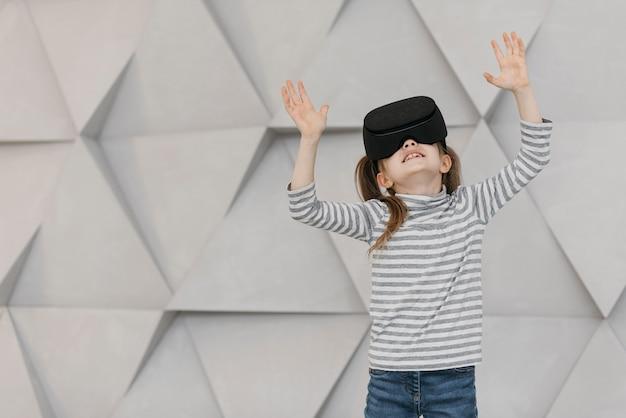 Mädchen, das die vorderansicht des headsets der virtuellen realität trägt