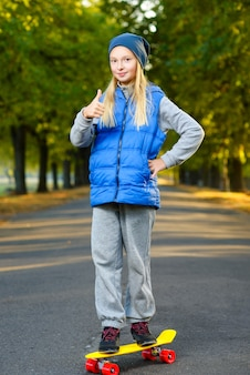 Mädchen, das draußen auf skateboards aufwirft