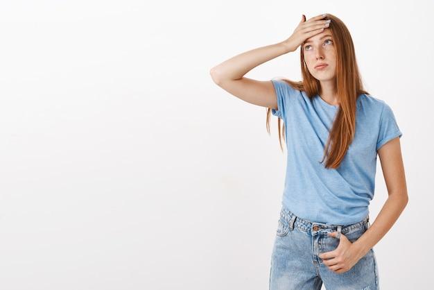 Mädchen, das druck und stress spürt, müde von problemen und besorgt ist, die hand auf der stirn zu halten, schweiß ausatmend, kaum zur seite schauend, erschöpft zu sein, sich ausruhen zu müssen