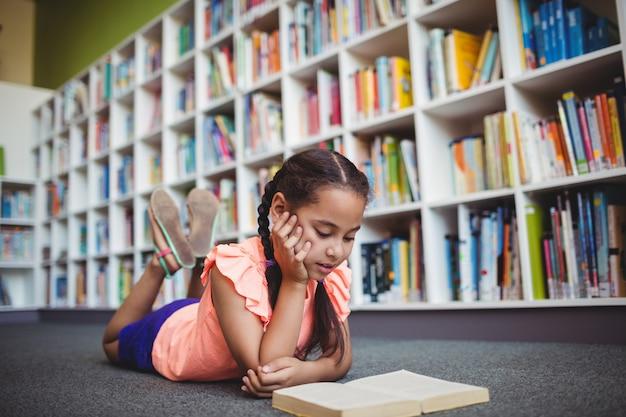 Mädchen, das ein buch liegt und liest