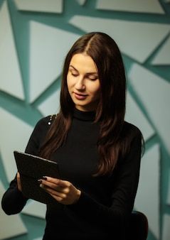 Mädchen, das ein ebook liest
