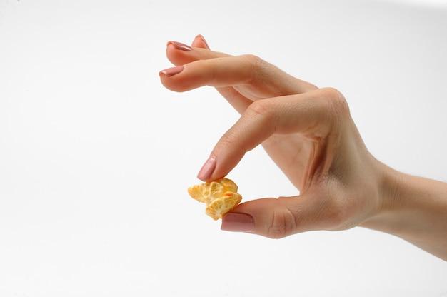 Mädchen, das ein einteiler eines köstlichen popcorns hält