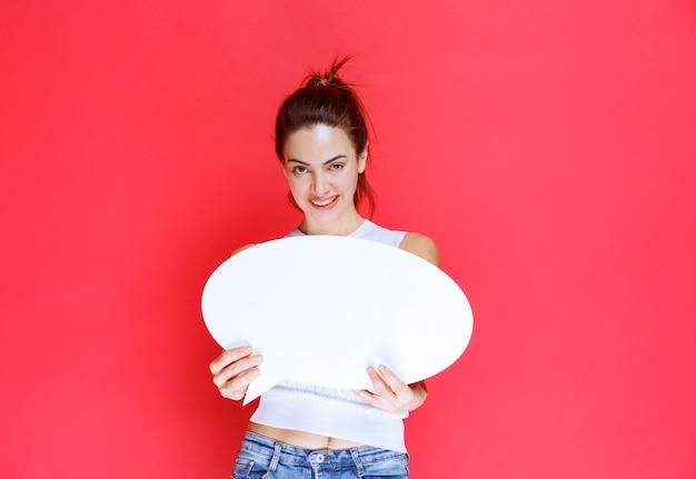 Mädchen, das ein leeres ovales ideaboard für spiele hält.