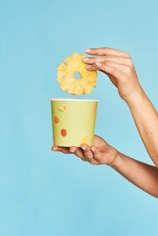 Mädchen, das eine papierbox mit ananaschips hält.