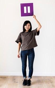 Mädchen, das eine purpurrote pausenikone hält