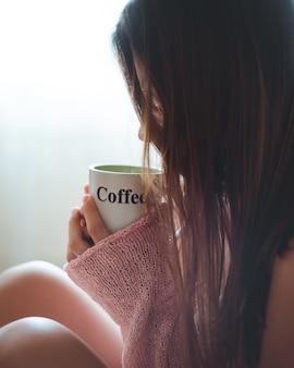 Mädchen, das eine tasse kaffee trinkt