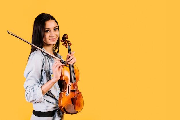 Mädchen, das eine violine hält